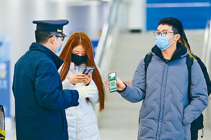 甘肅蘭州市民出示「健康碼」方能乘搭地鐵。