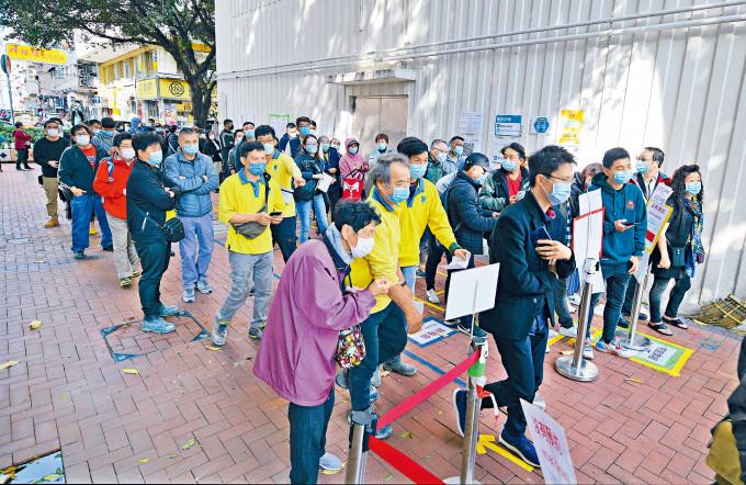 大批居民湧到梁顯利社區中心接受檢測。