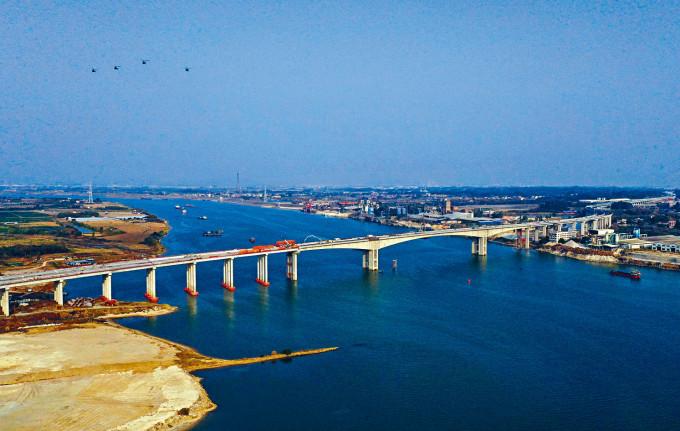 廣佛肇(廣州-佛山-肇慶)高速公路北江特大橋昨天順利合龍。