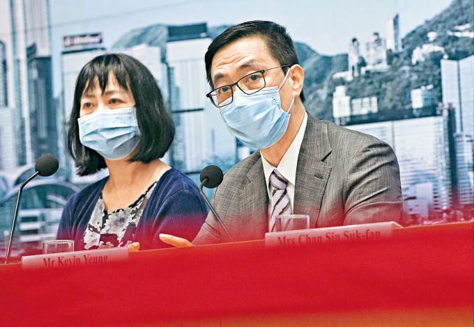 教育局局長楊潤雄(右)及常秘李美嫦去年曾在記者會上交代「釘牌」個案。