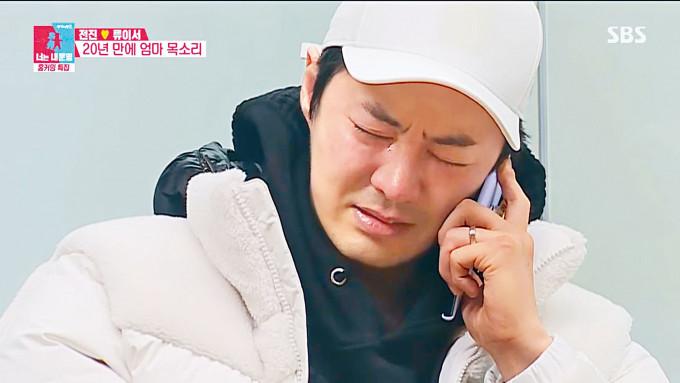 鼓起勇氣與生母對話的JunJin,仍不停落淚。