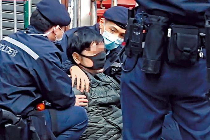 涉嫌襲警的火爆居民被警員制服。