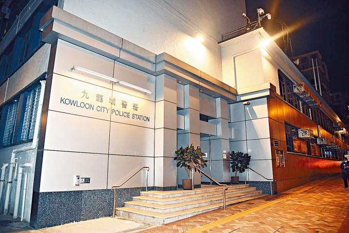 九龍城警署發生警員佩槍走火意外,一名女輔警右腳被子彈射傷。