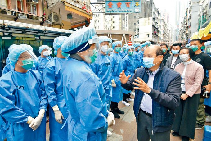 政務司司長張建宗昨到封鎖區範圍,為前綫人員打氣。