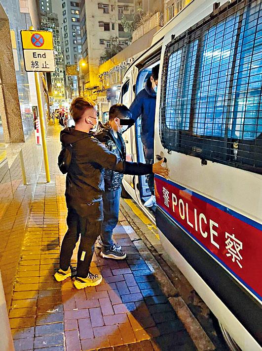 在酒店被捕的疑犯帶署扣查。
