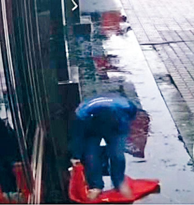 四川男子踩踏國旗被拍下。