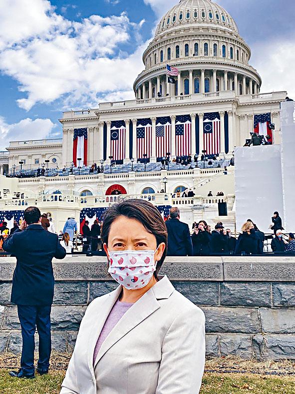 獲美方邀請參加總統就職禮的台灣駐美代表蕭美琴,在會場內自拍留念。