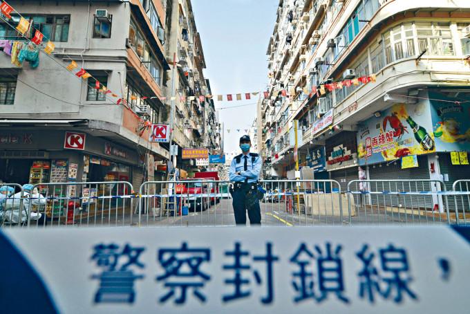 警員在封鎖區的臨時閘口站崗,防止有人違法進出。
