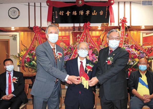 在朱沛國總堂元老朱灼樞(中)主持監交下,新任主席朱汝湛(左)與滿任主席李殿邦(右)順利交接。馬紅兵攝