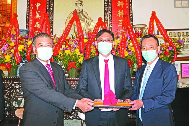 ?源總堂新任主席方國宗(中)、副主席鄺健昌(右)、副主席雷超雄(左)接印上任。Emily攝