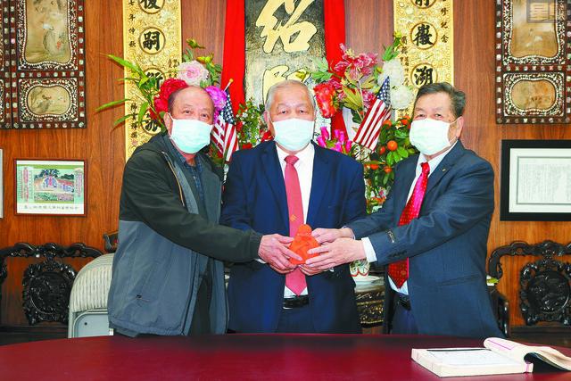 在顧問永源(中)主持監交,新任主席立群(右)從滿任主席華湘(左)手中接過印信,履新就職,為余紹賢堂掌舵。馬紅兵攝