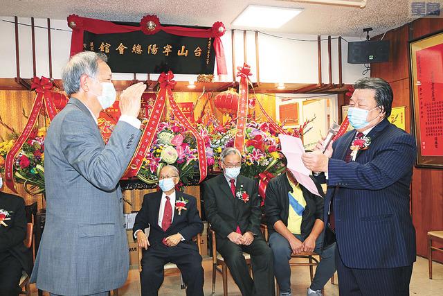 在資深商董雷華欽(右)主持監誓下,新任主席朱汝湛(左)宣誓就職,為寧陽總會館掌舵。馬紅兵攝