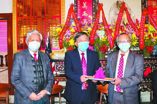 原宗公所新任主席鄺耀榮(中)、副主席雷祖舜(左)、副主席方修行(右)接印上任。Emily攝
