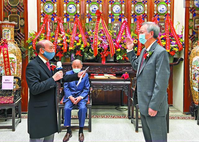 在資深商董李灼宗(左)主持監誓下,新任總董朱汝湛(右)宣誓就職。馬紅兵攝
