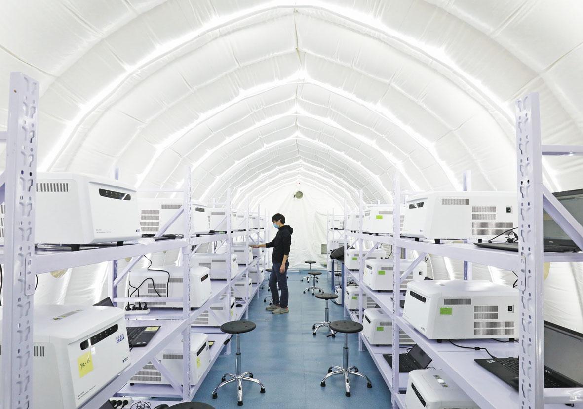 小圖為工作人員在安裝調試實驗室設備。新華社