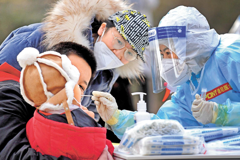 醫護人員在石家莊進行核酸檢測工作。新華社