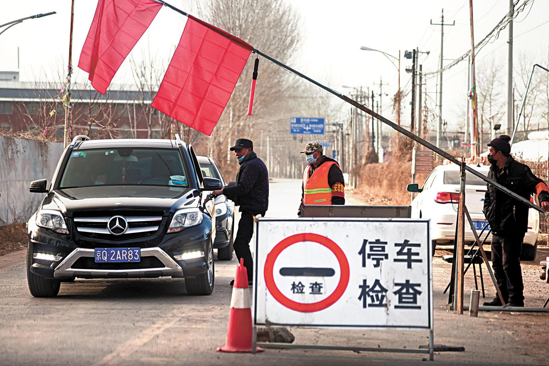 鄰近河北的北京郊區有村莊設卡防疫,嚴查欲入村的車輛。路透社