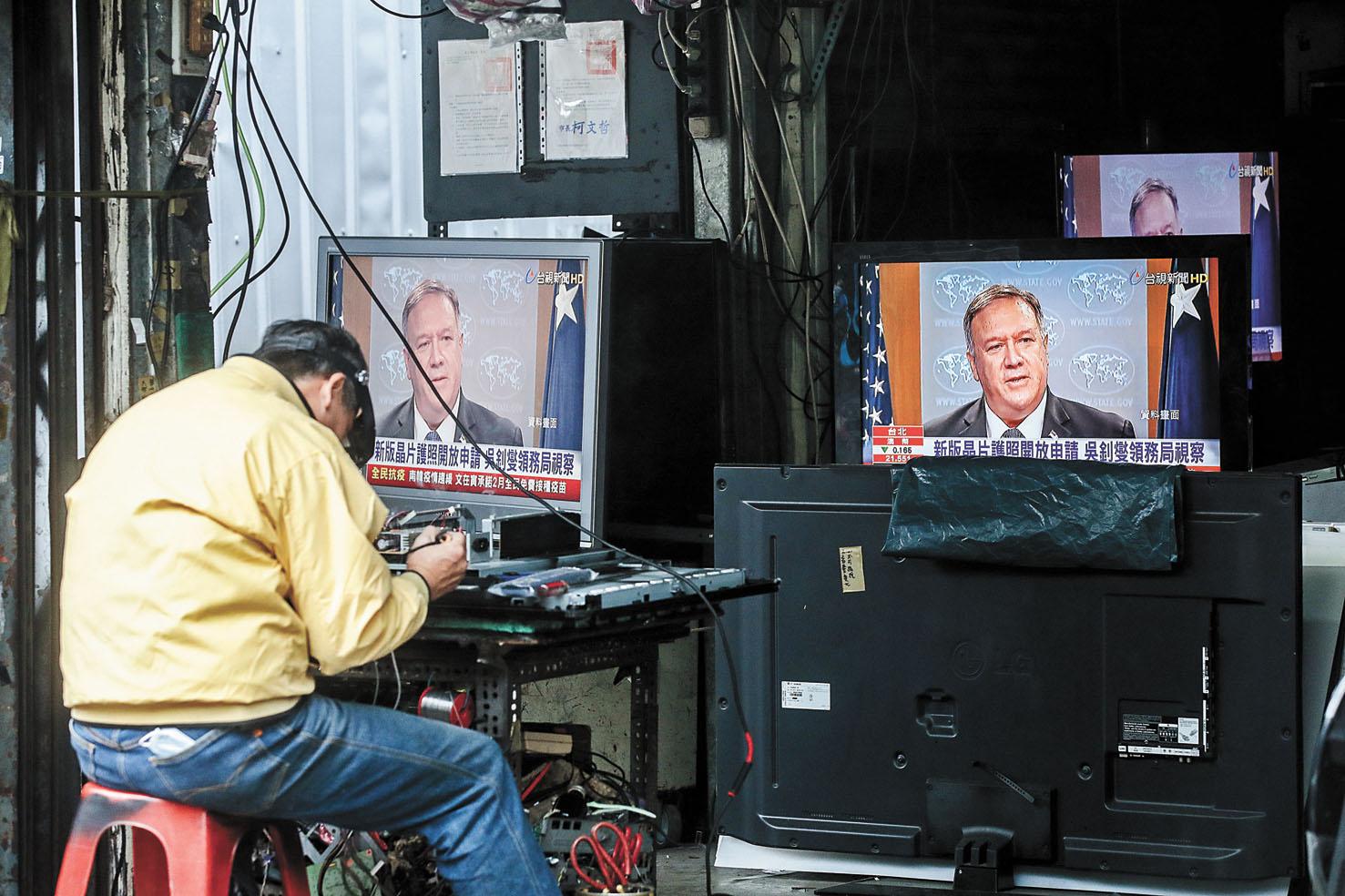 即將卸任的美國國務卿蓬佩奧動作頻頻,令中美關係再受激烈震盪。圖為在台灣台北街頭,電視正播放蓬佩奧的新聞畫面。彭博社/網上圖片