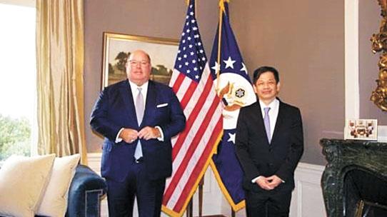 圖為美國駐瑞士大使麥克穆倫與黃偉峰會面合影。彭博社/網上圖片