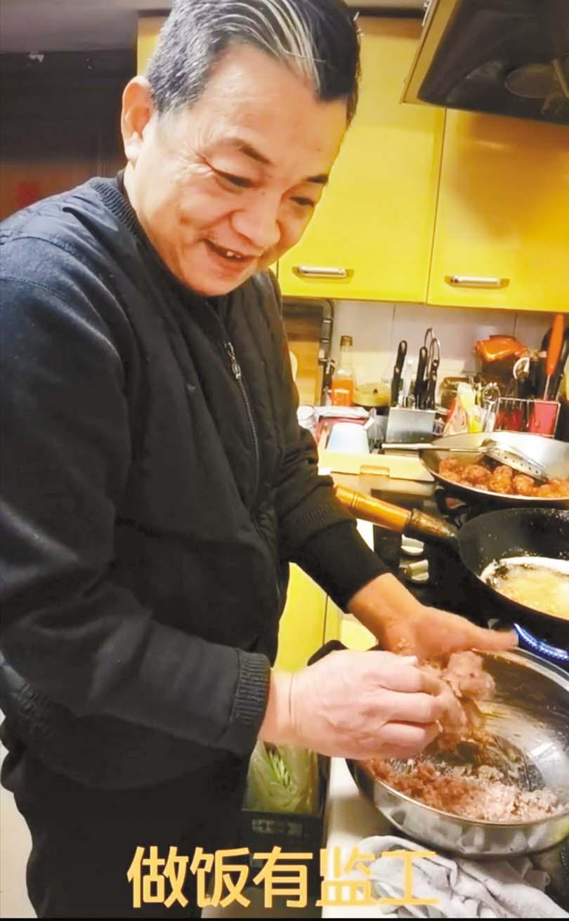 張春年在家做肉丸子,廚房的廚具 排放擁擠,其他房間整體髒亂不堪。 網上圖片