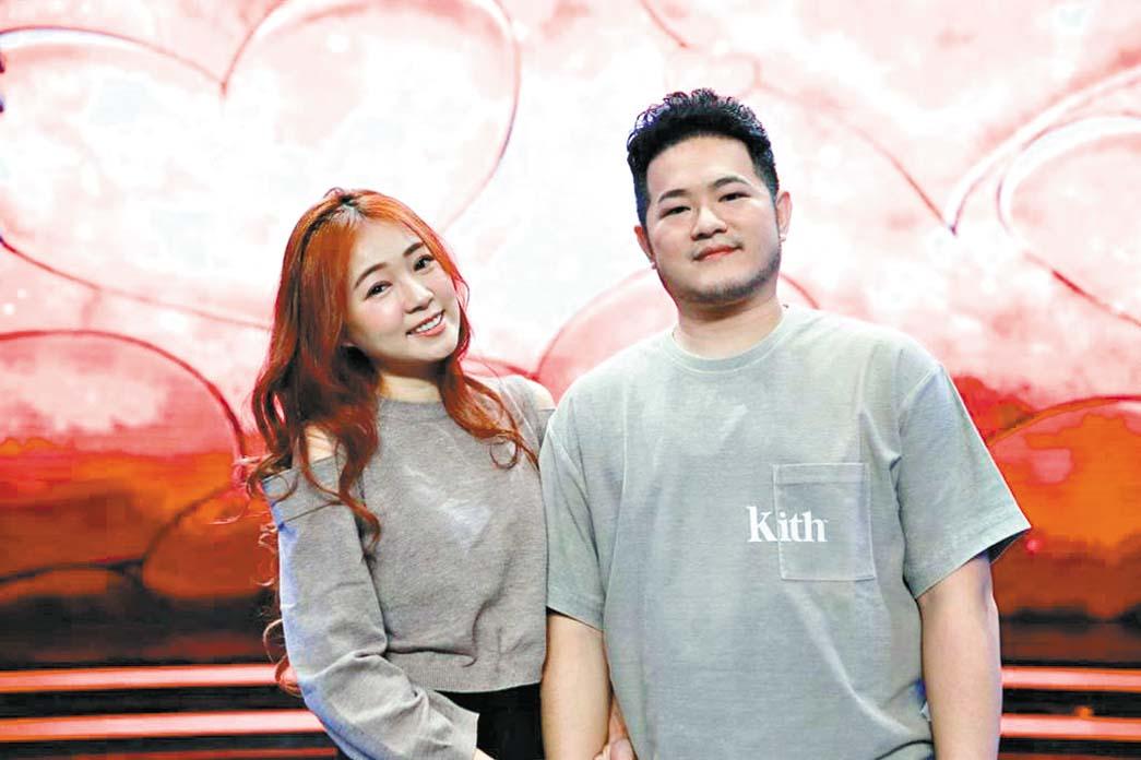 ■詹子晴(左)和老公王惟立 參加節目。 網上圖片