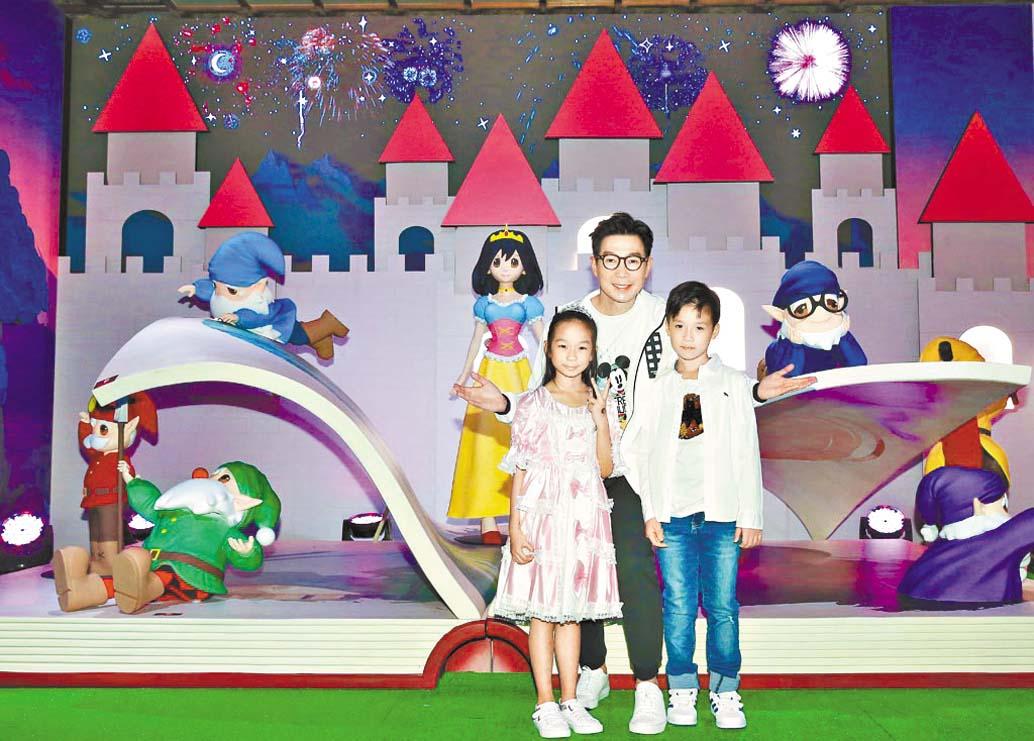 ■品冠近來帶一雙兒女開心看展覽(上圖),還帶他們 去欣賞五月天演唱會(下圖),並開心合影。 網上圖片