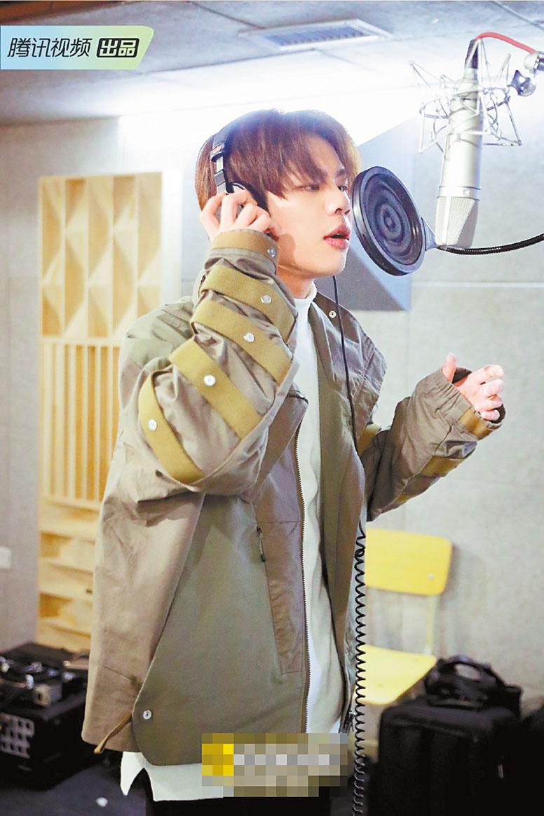 王晨藝在錄音室練習唱歌,多次出錯。 網上圖片