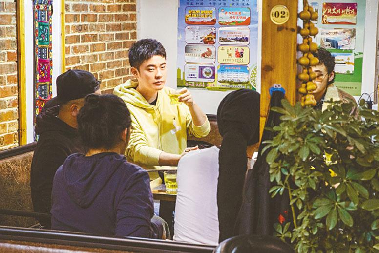 陳赫與樂隊吃飯喝茶聊表演事宜。網上圖片