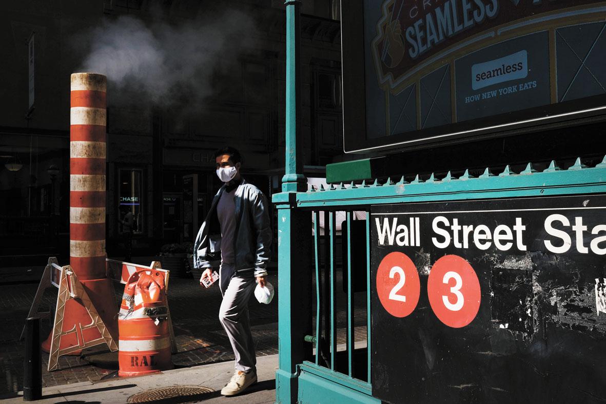 美股行情火熱朝天,散戶激情帶頭衝鋒。圖為紐約民眾往華爾街走。法新社資料圖片