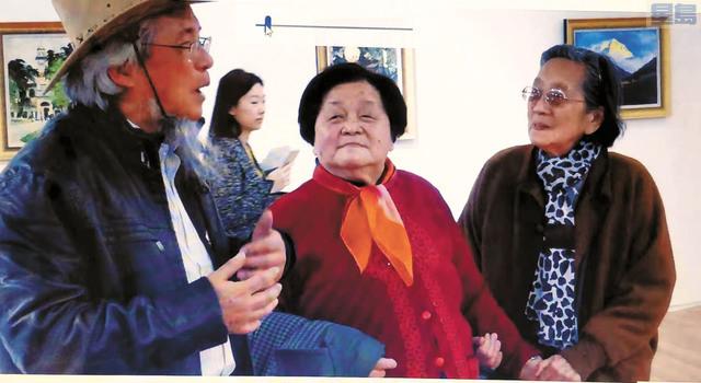 高母 (中)出席高建武(左)的畫展,右為高建武繪畫啟蒙老師周傳青。                           高建武提供