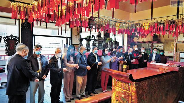三藩市市參事陳詩敏在華埠陳穎川總堂拜祭祖先、先賢。      記者黃偉江攝