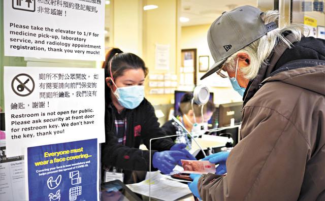 高建武來到東華醫院,參加了「雙陰」檢測,邁出了回家的第一步。記者黃偉江攝