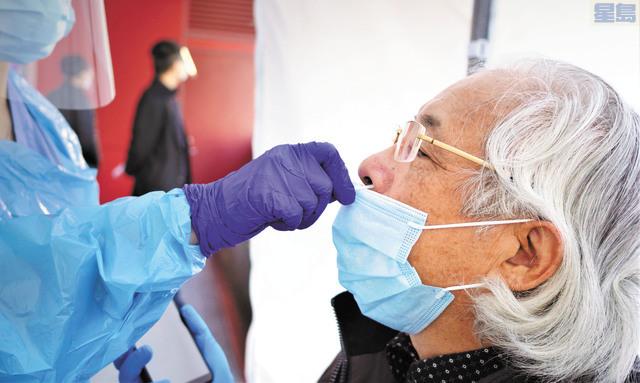 高建武接受鼻咽拭子核酸檢測。記者黃偉江攝