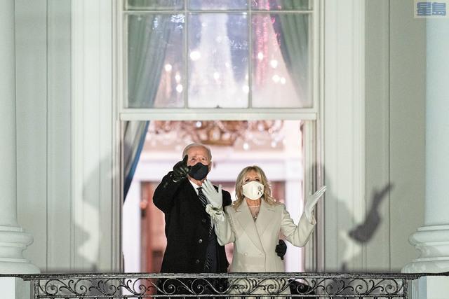 拜登入主白宮。灣區醫學界認為有利抗疫。圖為新任總統拜登與夫人20日晚在白宮欣賞煙花。美聯社