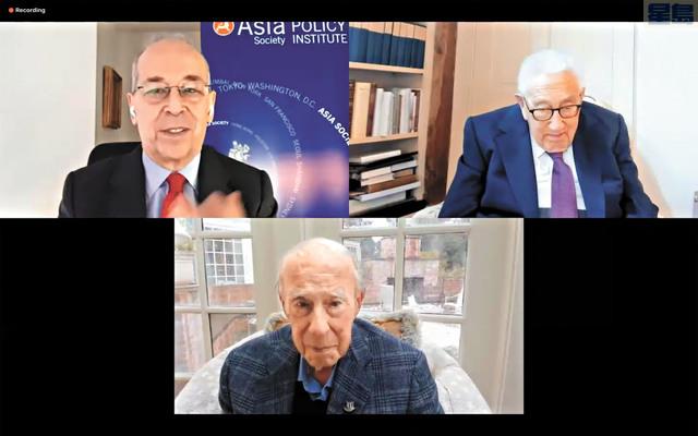 大會為100歲的前國務卿舒爾茲(下)頒獎。右上為前國務卿基辛格,左上為亞洲協會政策研究所副主席Danny Russel。記者彭詩喬截屏