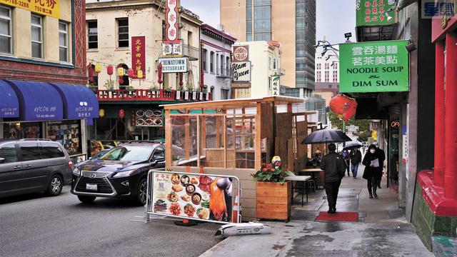 冷雨紛飛,華埠街頭的共用空間顯得格外落寞。記者黃偉江攝