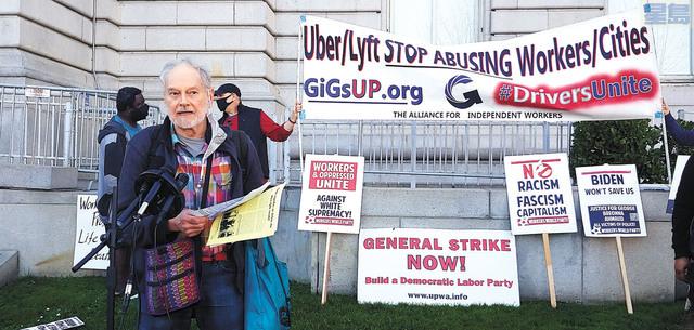 不同維權組織在市政廳門前輪流演講抗議。記者李兆庭攝