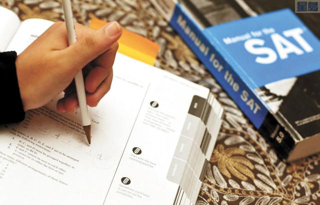 大學理事會(College Board)這個星期宣佈取消大學入學SAT考試以及論文寫作部份,消息傳出後在華人家長之間投下震撼彈,認為給孩子準備的一切都白費了。新法教育學院華裔巿場業務總監何怡平表示,家長不要放棄孩子該有的成績標準,也須要求孩子在寫作上有足夠的表達能力以及該有的經歷,「家長千萬不要有錯誤的觀念,認為自己孩子不需要有成績和寫作。」 何怡平指出,現在申請大學非常激烈,「在大學來講,特別是好的大學如哈佛、史丹福等名校,競爭更是激烈。站在校方的審核立場,它一定會有個標準,來審查申請學生的成績,和學生的『個人特質』。」他強調,好的大學更看重「個人特質」,在大學漸漸減少以SAT 為標準時,「個人特質」更為重要。 何怡平表示,大學理事會說不用考SAT 和 ACT,或者用單項科目成績(通常以英文、數學、選一科目為主要),但是有了SAT 這些成績,仍然是強而有力的說服力,可以讓收申請的大學信賴。他舉例指出,兩個水平差不多的學生,去申請同樣的大學,一個有成績,一個沒有任何成績,「你說大學會優先選誰?」而目前審核的標準是SAT,這個標準就不要輕易放棄,因為申請大學仍然用得到。 他指出,「個人特質」就是表現在寫作上。如果將學生的課外活動、人生經驗、社會服務,是否有為社區付出、對公眾有貢獻,有愛心、有關懷、有長時間作義工,作為寫作的素材,就是優勢。「去年就有學生成績中等,但作了很多課外的社區服務,貢獻社區,就被好大學錄取;而成績好的學生,課外經歷乏善可陳,反而沒被好的大學錄取。」 何怡平表示,之前公立大學錄取新生,成績佔80%,現在成績降下來到60%或更低,一些私立大學校甚至把「人格特質」的比重標準高於學業成績,「大學會看學生作了什麼事,如課外活動、性向、特別的經歷和貢獻,在學生的寫作中呈現出來,給大學審核官印象深刻,加大錄取機會。」 「美國大學要的是下一個祖克柏格(臉書創辦人)、下一個陳士駿(YouTube)創辦人,下一個領袖人物,下一個創新人才,它不要一個只會唸書的讀書蟲。」他指出,要是沒有SAT成績和顯示個人特質的寫作,申請大學時就只能到達一定的高度,好的大學就沒有希望了。本報記者王慶偉山景城報道