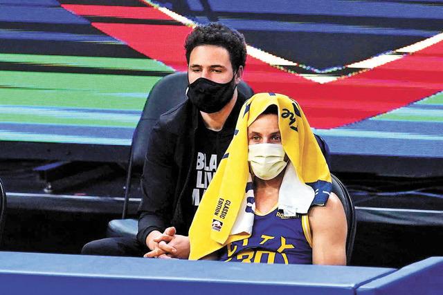 勇士球星庫里(右)擁有一套暫停時降低心率的呼吸方式。網上圖片