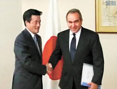 坎貝爾曾大力推動美日同盟,鞏固冷戰後兩國外交,奠定現今華盛頓與東京之間緊密的防務合作。維基百科