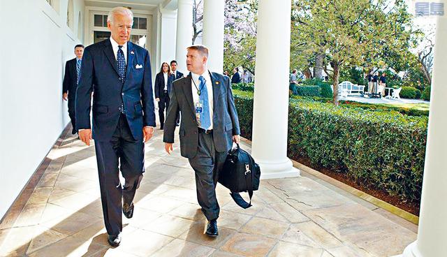 總統拜登任命他的長期醫生奧康納(右)為白宮醫生。 奧康納擔任拜登的私人醫生已有十多年。David Lieneman圖片