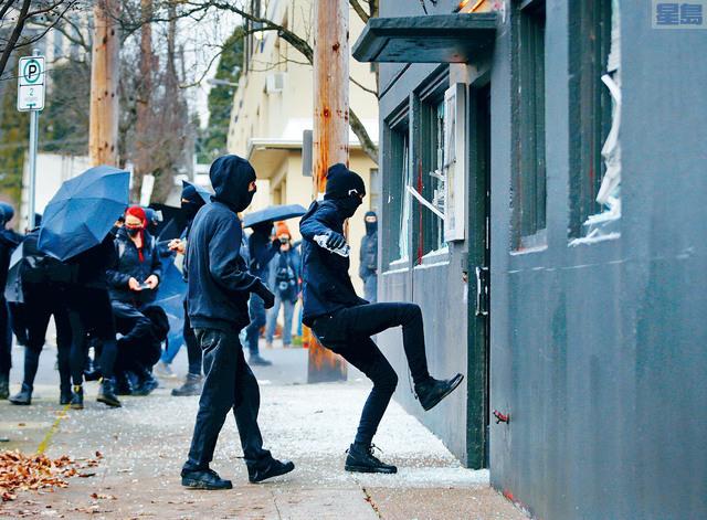 ■在俄勒岡州波特蘭市,示威者破壞民主黨總部,8人被捕。    路透社