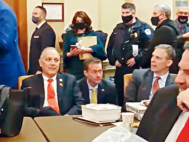 國會6日遭示威者衝擊後,議員當時在一個房間暫避數句鐘,期間,有3名共和黨籍議員拒絕戴上口罩。視頻截圖