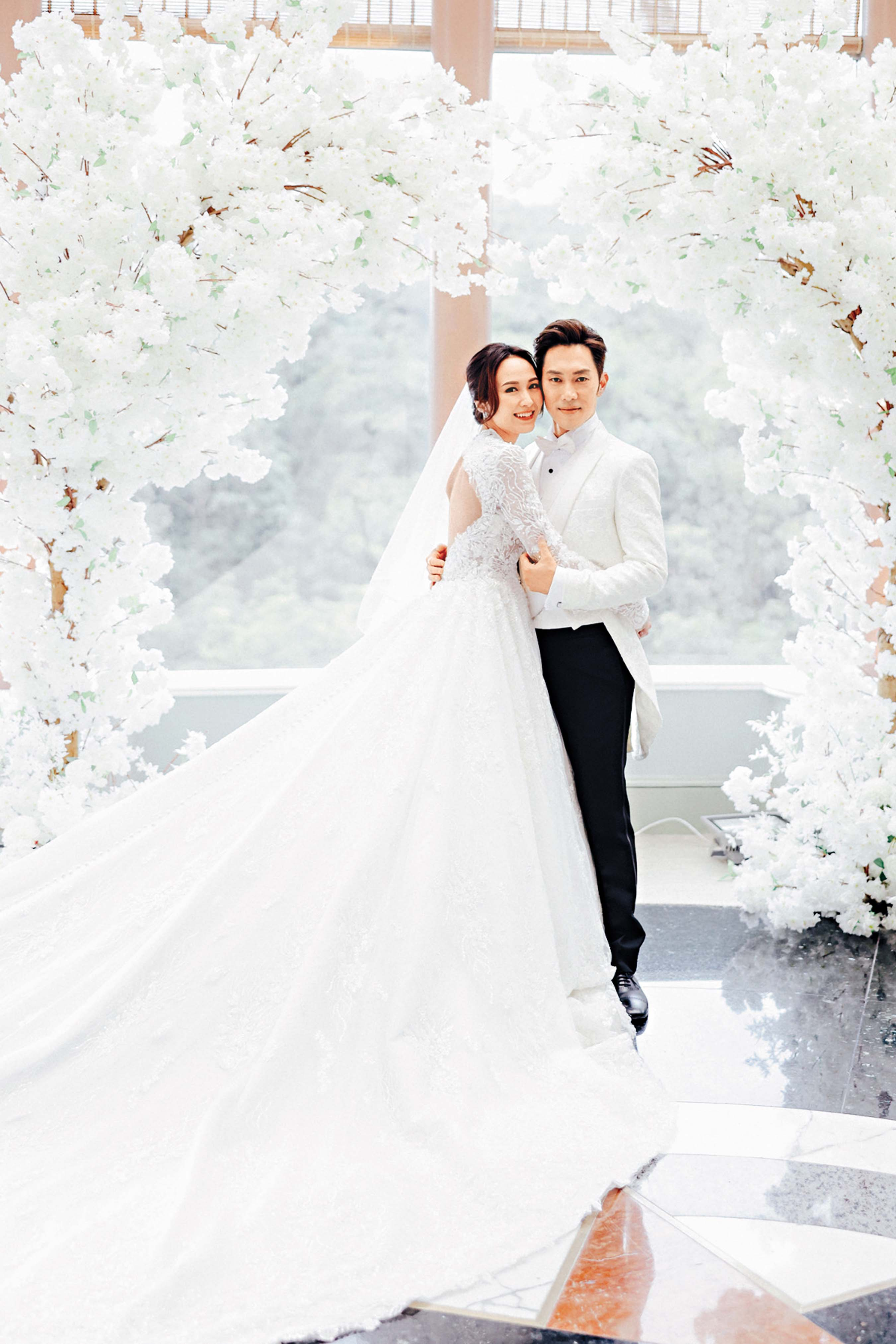 舉行婚禮時,麥秋成與湯怡換上西式禮服。