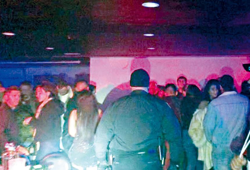 皇后區積臣泰一家300人舉行狂歡派對的酒吧,違反防疫限聚令,紐約市財政局法警處執法人員工查封。