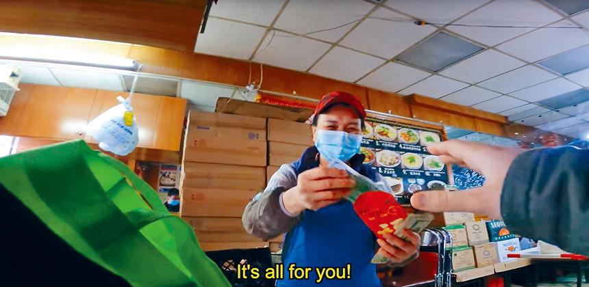 店員在收到巨額小費後顯得不知所措。視頻截圖
