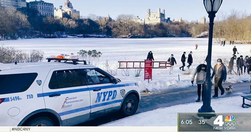 警員出動,趕走危站冰湖面的遊人。NBC新聞截圖