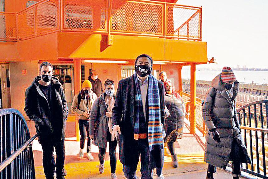 楊安澤與幾位記者一起乘搭史丹頓島渡輪。 推特圖片