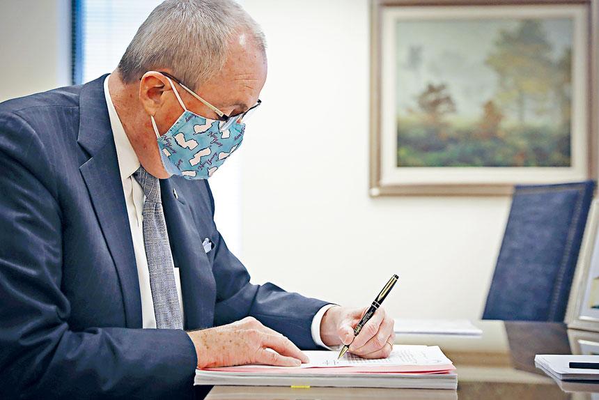 墨菲進一步放寬州內各項防疫限制措施。美聯社