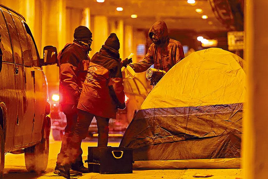 救世軍的志願者在嚴寒的天氣中,送保暖物資給露宿街頭的遊民。救世軍臉書